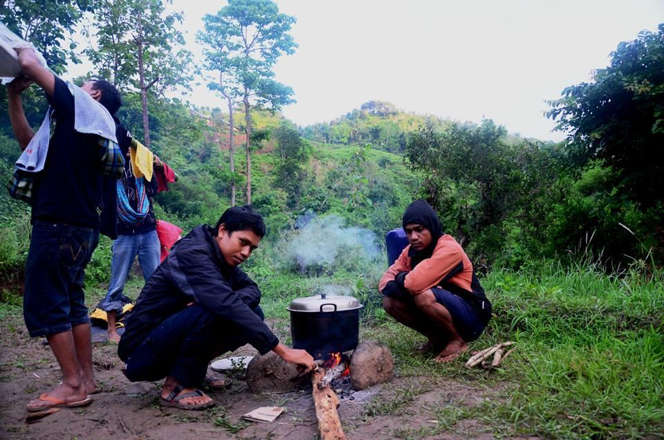 Anggota MJC saat memasak air untuk membuat kopi dan susupers. Foto: YUDHA