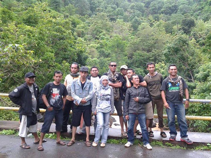 Sebagian anggota Kemah MJC saat foto bersama di jembatan Desa Tarlawi. Foto: AGUS