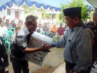 Wakol Bupati menyerahkan bantuan ke Nelayan. Foto: AGUS