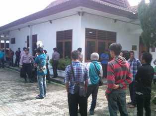 BII menggelar demonstrasi di kantor PT Pelni, Jum'at (3/1). Foto: DEDY