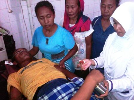 Syafruddin AR (60) terbaring lemah di RSUD Bima. Foto: BIN