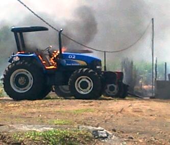 Akibat sengketa lahan, sejumlah mobil milik PT. Sukses Mantap Sejahtera (SMS) dibakar. Foto: BIN