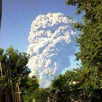 Gunung Sangeang semburkan awan panas dan abu vulkanik. Foto : Dok