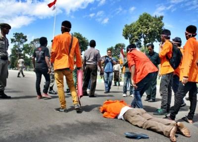 Saat kericuhan terjadi, salah satu mahasiswa pingsang. Foto: Bin
