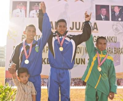 Atlet Kota Bima, Kamarudin (Tengah), juara satu pada nomor 10.000 meter Putra. Foto: Bin