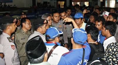 Karena diketahui Tim KSB bayar pemain, Official dan pemain asal Kota dan Kabupaten Bima Protes Panitia Tenis Meja. Foto: DEDY