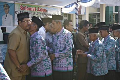 Walikota Bima melepas secara resmi 127 CJH. Foto: Bin