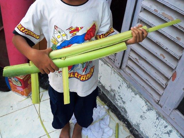 Mainan senapan yang terbuat dari pelepah daun pisang. Foto: Kaskus.co.id
