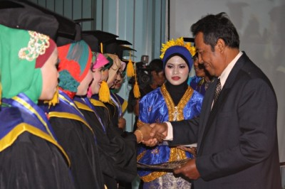 Sepuluh orang wisudawan dan wisudawati terbaik menerima penghargaan. Foto: Bin