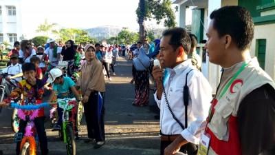 Kepala Dinas Dikpora Drs. H. Alwi Yasin melepas peserta Sepeda Hias. Foto: Bin