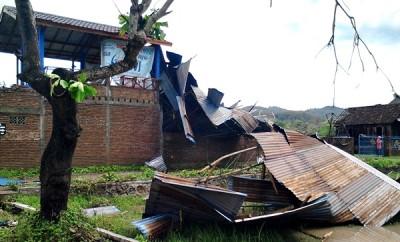 Akibat angin kencang, Atap rumah hancur. Foto: Abu