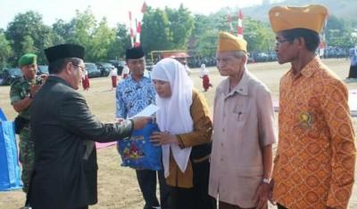 Bupati Bima menyerahkan bingkisan kepada Veteran. Foto: Hum