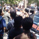 Massa Aksi Dipukul Kadis PU dan Staf
