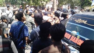Demo Fortap dan API di depan kantor DPRD Kabupaten Bima berakhir ricuh. Foto: Abu