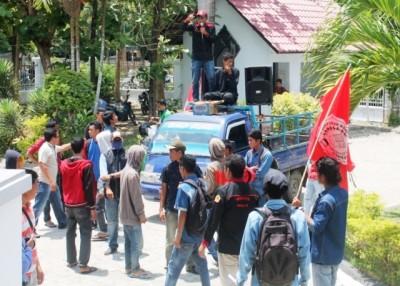 Himpunan Mahasiswa Sanggar Bima (Himsabi) mendatangi kantor DPRD Kabupaten Bima. Foto: Abu