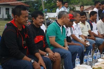 Indra Sjafri didampingi Ketua Pengcab PSSI Kota Bima H. A. Rahman H. Abidin, SE Saat menyaksikan pertindangan eksebisi Persekobi U 18 dan U 23. Foto: Teta