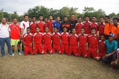 Indra Sjafri foto bersama dengan pemain persekobi U 18. Foto: Bin