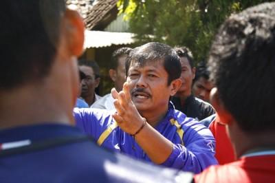 Indra Sjafri saat memberikan pengarahan pada pelatih dan pemain Persekobi. Foto: Bin