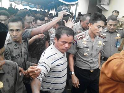 Kepala Daerah dan Pejabat dievakuasi ke ruangan Bupati Bima karena Rakor rusuh. Foto: Abu