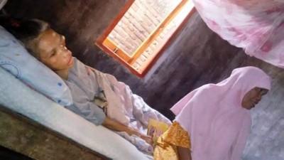 Nurmi terbaring ditemani orang tuanya. Foto: Bin