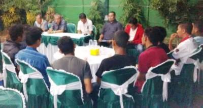 Ketua Umum Persekobi H. A. Rahman H. Abidin dihadapan pemain Suratin dan Pengurus menyampaikan permohonan maaf. Foto: Bin