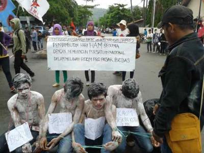 Aksi teatrikal mahasiswa saat aksi Hari HAM Sedunia. Foto: Teta