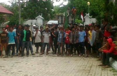 API saat menggelar aksi di halaman Kantor DPRD Kabupaten Bima. Foto: Erde