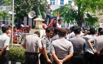 API Demo Polres Bima Kota. Foto: Teta