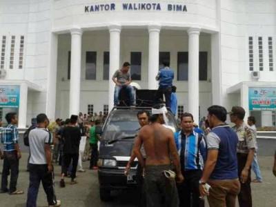 Aspek saat menggelar aksi di depan Kantor Walikota Bima. Foto: Teta