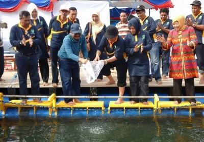 Bupati Bima saat melepas ratusan benih ikan saat peresmian Kapal Terapung. Foto: Bin