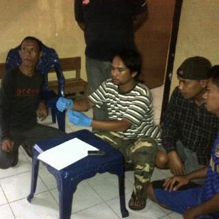 BS (Ujung pakai baju hitam) dan anggota Buser saat memperlihatkan sabu sabu milik BS. Foto: Teta