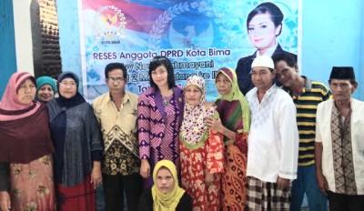 Selvy saat foto bersama dengan warga usai Reses. Foto: Bin