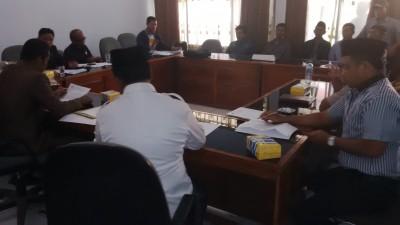 Warga empat Desa saat berada di ruangan Komisi I DPRD Kabupaten Bima. Foto: Bin