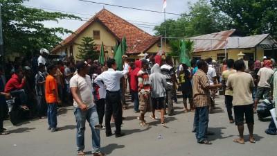 Massa saat mendatangi Mapolres Bima Kota. Foto: Bin