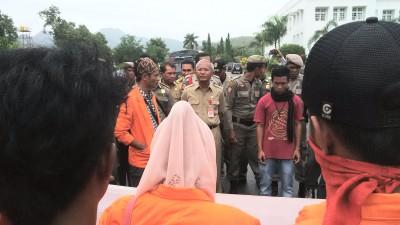 Sekda Kota Bima saat menerima massa aksi. Foto: Bin