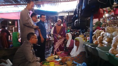 Komisi II DPRD Kota Bima saat mendatangi pedagang di Pasar Kota Bima. Foto: Bin