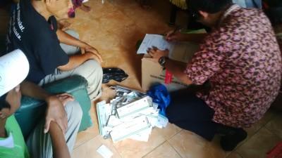 Petugas Balai POM NTB saat mendata Tramadol dan obat lain. Foto: Bin