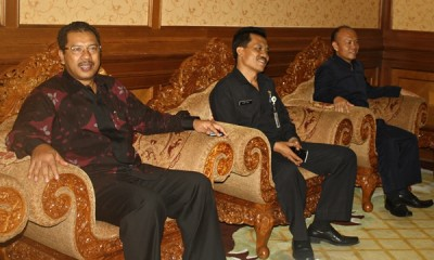 Walikota Bima HM. Qurais H. Abidin saat pertemuan dengan Pemerintah Kabupaten Badung Bali, membahas soal kerukunan umat beragama. Foto: Erde