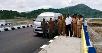Walikota Bima dan rombongan saat meninjau jalan dan jembatan Padolo III. Foto: Bin