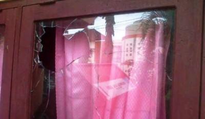 Kaca depan kantor Lurah Pane yang pecah. Foto: Teta