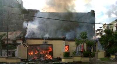 Kantor Polisi Sub Sektor Bima Kota yang dibakar. Foto: Erde