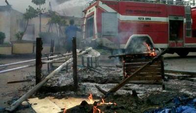Pemadam saat memadamkan api Kantor Polisi Sub Sektor Bima Kota. Foto: Erde