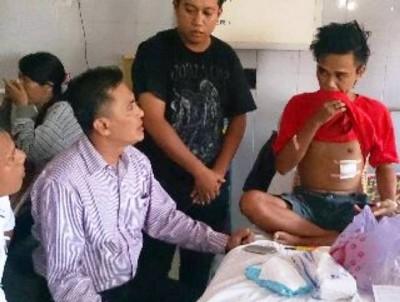 Ketua DPRD Kota Bima dan anggotanya  kunjungi korban bentrok. Foto: Bin