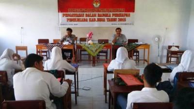 Ketua Panswalu Kabupaten Bima, Sukarman, MH saat sosialisasi di SMAN 2 Woha. Foto: Bin