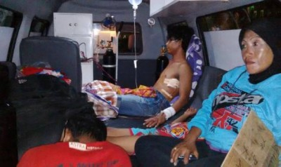 Korban bentrok diatas Mobil Ambulance didampingi keluarga akan diberangkatkan ke RS. Mataram. Foto: Bin