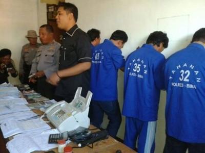 Polisi saat menggelar kasus lima orang bandar togel. Foto: Teta