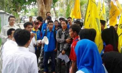 Kejaksaan Negeri Raba Bima saat menerima massa aksi Hari Anti Korupsi Sedunia. Foto: Teta