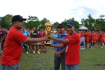 Penyerahan Piala Bergilir dari Sekjen PSSI Kota Bima ke Ketua Panitia. Foto: Bin
