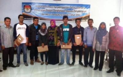 Mitra KPU Kabupaten Bima mendapatkan penghargaan. Foto: Bin