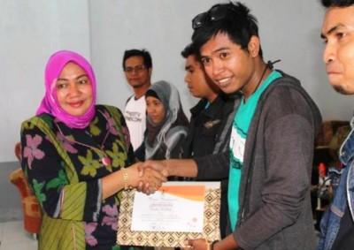 Pers sebagai Mitra KPU Kabupaten Bima mendapatkan penghargaan. Foto: Bin